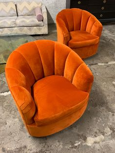 I love vintage swivel chairs and I love rusty orange velvet, so here are some very gorgeous redone swivels ! Living Room Chairs, Home Living Room, Room Ideas Bedroom, Bedroom Decor, Living Room Orange, Décor Boho, Aesthetic Room Decor, Retro Home, Mid Century Furniture