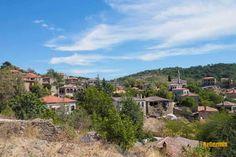 ADATEPE, KAZDAĞLARI'NDA BİR GÜZEL KÖY  Adatepe Zeus Sunağı'nın yanıbaşında yer alan Çanakkale'de, Kazdağları'nda bir güzel köy. Adatepe Köyü, Çanakkale'nin Ayvacık, Küçükkuyu beldesinde yer alıyor. Biz köyü 2016 yılında ziyaret ettik ve son 15 yıldır yıldızı parlayan bir köy olduğunu öğrendik. Köyde yaşayan yerli halk sadece yirmi haneden oluşuyor. Geri kalanları büyük şehirlerden gelip bu köye sonradan yerleşenlerden oluşturuyor... Home Fashion, Mansions, House Styles, Home Decor, Luxury Houses, Interior Design, Home Interior Design, Palaces, Mansion