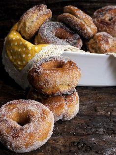 Hoy me quedo en casa. Con las rosquillas que hacía mi tía abuela, con las fiestas de prao y las tradiciones asturianas. Y sí, las rosquillas fritas de anís no son un bien exclusivamente nuestro, pero nos encantan. Y nos las comemos. Mucho. Una receta basada en el producto de calidad, tan sencillas que podría …
