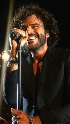 Francesco Renga durante un concerto ....