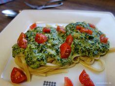 Nudeln mit Spinatsauce und Tomaten
