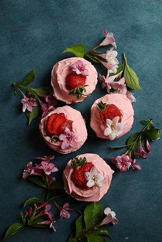 Saftiga flädercupcakes med jordgubbsfrosting