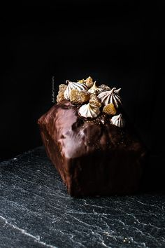 Bizcocho de chocolate y plátano con cobertura de chocolate