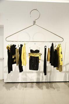 Com décor fun, moschino inaugura loja no soho, em nova york Boutique Design, Boutique Decor, Boutique Ideas, Clothing Store Interior, Clothing Store Design, Modegeschäft Design, Display Design, Fashion Store Design, Vitrine Design
