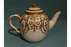 """SÈVRES (porcelaine tendre)  Théière """" Calabre """" couverte à décor polychrome de rinceaux, médaillons et rangs de perles en émaux, dits de Coteaux, traités en relief à l'imitation du bijou. Prise du couvercle en fleur de camomille.  Petits éclats.  Fin du XVIIIè siècle.  H : 11,5 cm   Expert : Lefebvre et Fils"""
