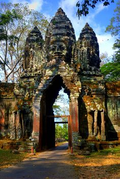 The south gate to Angkor Thom khmer temple, Cambodia (by Adam_Inglis).