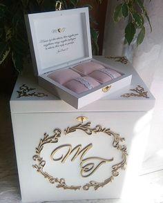 Złoto i pudrowy róż - cudowne połączenie (wzór monogramu chwilowo niedostępny, będzie dostępny niebawem). #wedwoje #weddingcardsbox #ślub #kopertyślubne #życzenia #koperty #miłość #love #małżeństwo #wesele #wedding #handmade #drewniane #drewno #slubnaglowie #decoupage #slubnaglowie #slubnedodatki #zestawślubny #mąż #żona #wife #husband #ślubnagłowie #slubnagorączka #pannamłoda #pudrowyróż #złoto