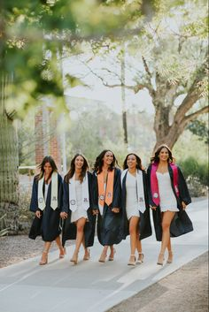 When posing for your graduation pictures, you want to feel fun, fresh, and fabulous. Here's how to get the look! Nursing Graduation Pictures, Graduation Dress College, Graduation Look, Graduation Picture Poses, Graduation Portraits, Graduation Photography, Graduation Photoshoot, Grad Pics, Girl Senior Pictures