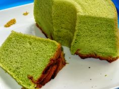 GREEN TEA CHIFFON CAKE Nice jade colour and green tea flavour with the use of the green tea powder bought from Phoon Huat. As I mentioned in my earlier post, this . Pandan Chiffon Cake, Thermal Cooker, Buttercream Fondant, Delicious Desserts, Yummy Food, Malay Food, Nasi Lemak, Green Tea Powder, Mary Berry