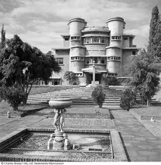Villa Isola di Lembang setelah terjadi pertempuran/aksi perusakan , Bandung (1948)