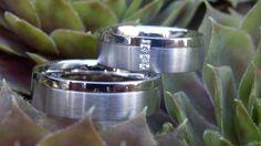 Strakke trouwringen in witgoud met 3 prachtige diamanten!