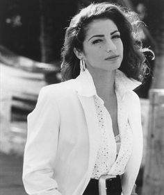 Gloria Estefan Winner of the 1994 MusiCares Person of the Year Award. Music Love, Music Is Life, Good Music, Lounges, Gal Gabot, Hollywood, Female Singers, Facon, American Singers