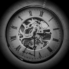 Hodiny Broken Clock Tattoo, Clock Tattoo Sleeve, Sleeve Tattoos, Sketch Style Tattoos, Tattoo Sketches, Tattoo Drawings, Clock Tattoo Design, Tatoo Designs, Watch Tattoos