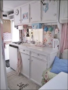 Renovated Vintage Camper, Shabby Chic Style - via Cosy Home: House on Wheels Vintage Campers, Camping Vintage, Vintage Rv, Vintage Caravans, Vintage Travel Trailers, Vintage Motorhome, Vintage Ideas, Cozinha Shabby Chic, Shabby Chic Kitchen