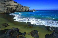 Praia Papakolea/Mahana Beach, South Point, Ka'u, Havaí  Graças ao mineral olivina, que vem das proximidades, a areia encontrada é um tipo de verde brilhante, encontrado em apenas outras três praias no mundo como nas Ilhas Galápagos e Noruega.
