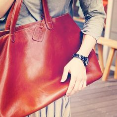 "b8dbbac97b86 土屋鞄製造所 on Instagram: ""ツヤツヤのお気に入り。毎日つい、なでてしまいます。#土屋鞄製造所official"""