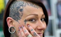 Mulher tatuada posa para foto na 21ª Feira Internacional de Tatuagem de Frankfurt am Main, Alemanha; mais de 600 artistas tatuadores participam da feira que acontece de 22 a 24 de março
