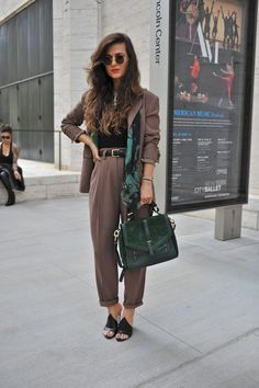 Costume + top noir + chaussure plate + ceinture kooples