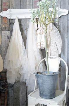 Prachtige items van JDL !!! Vintage Party, Vintage Hooks, Jeanne D'arc, Living Magazine, Linens And Lace, Romantic Homes, Living Styles, White Decor, French Vintage