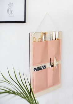 10 Desk Organizers You Can Make That Are Prettier Than What You Can Buy Organizadores de escritorio Desk Organization Diy, Diy Desk, Organising, Organizing Ideas, Hanging Organizer, Diy Hanging, Diy Organizer, Letter Organizer, Diy Deco Rangement