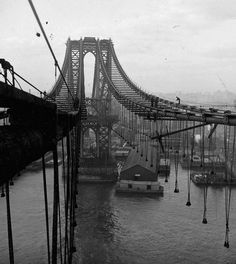 Here's the Manhattan Bridge under construction 1908-09