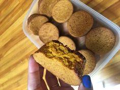 MUFFIM DE CENOURA FIT  Ingredientes:  3 cenouras; 3 claras; 1 ovo inteiro; 2 colheres de whey protein (sabor de sua preferencia); 1 1/2 de açúcar de côco; 1 xícara de óleo de côco; 2 xícaras de farinha de aveia; 1 colher de café de fermento.
