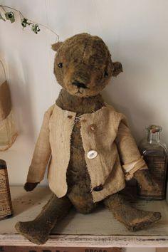 Love the jacket - Primitive Bear - Cinnamon Creek Old Teddy Bears, Antique Teddy Bears, My Teddy Bear, Big Bear, Antique Toys, Vintage Toys, Cute Bear, Bear Doll, Old Toys