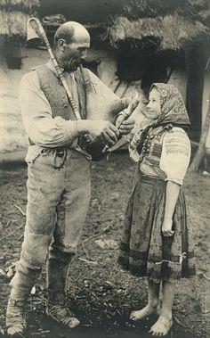 "leregretdestempspasses: ""From Novohrad mountains, Slovakia 1928 "" Scandinavian Folk Art, Folk Embroidery, Eastern Europe, Vintage Pictures, Vintage Photographs, Old Photos, Old Things, Folk Costume, Costumes"