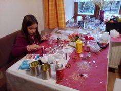 Předvánoční dílna, zdobení svícínků.... malá sestřička nadšeně a soustředěně zdobí třpitkami :)