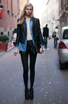 Meia calça preta, blusão jeans, short de couro e jaqueta de couro juntos