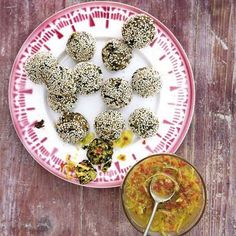 Grünkohl-Sesam-Bällchen mit buntem Chili-Ingwer-Dressing