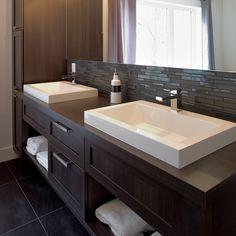 Salle de bain des maîtres contemporaine avec porte en mélamine polyester Bathroom Renos, Bathroom Storage, Small Bathroom, Master Bathroom, Bathroom Ideas, Ideal Home, Building A House, New Homes, Vanity