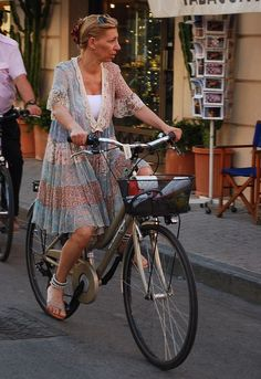 Chic cycling in Lucca, Italy - Women's style: Patterns of sustainability Stylish Older Women, Lucca Italy, Italian Women, Retro Stil, Advanced Style, Bike Style, Paris Fashion, Bike Fashion, Italian Style