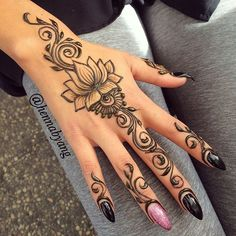 henna designs Beautiful lotus at the market! look at those nails! Henna Tattoo Hand, Cute Henna Tattoos, Henna Inspired Tattoos, Simple Henna Tattoo, Henna Ink, Henna Body Art, Henna Mehndi, Mandala Tattoo, Mehendi
