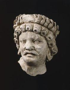 """Tête de """"barbare"""" (C) RMN-Grand Palais (musée Guimet, Paris) / Daniel Arnaudet  3e siècle, 4e siècle  stuc  Afghanistan, monastère de Hadda"""