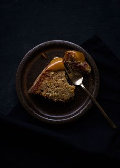Date Saffron Gugelhupf with Caramel Sauce Big Cakes, Little Cakes, Single Layer Cakes, Dark Food Photography, Nom Nom, Caramel, Oatmeal, Pudding, Breakfast