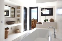 like the built-in niches next to the sink  Via DTI