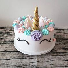 Feito por Bolos da Cíntia. O Bolo Unicórnio já virou nossa marca registrada aqui no Bolos da Cíntia!  . Orçamentos e encomendas:  E-mail: contato@bolosdacintia.com  Whatsapp: (11) 96882-2623 . #bolosdacintia #bolo #unicornio #bolounicórnio #unicorn #cake #unicorncake #bolosdecorados #ideiasdefesta #suspiros #festaunicornio #unicornparty #unicornios #unicorns #cakeboss #cakedesign #cakedecorating
