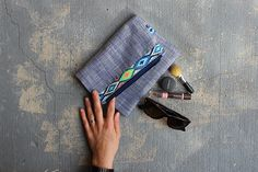 Sew a Fold Over Clutch With Pretty Ribbon Detail. Such a fun pouch to make and super easy. Tutorial via HaberdasheryFun Coin Purse Tutorial, Zipper Pouch Tutorial, Tote Tutorial, Diy Tutorial, Easy Sewing Projects, Sewing Tutorials, Bag Tutorials, Bag Patterns To Sew, Sewing Patterns