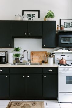 5 Ways to Style an Ugly Renter's Kitchen Black Kitchens, Home Kitchens, Kitchen Black, Cottage Kitchens, Modern Kitchens, Apartment Kitchen, Kitchen Interior, Modern Interior, Interior Design