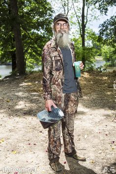 Official A&E promotional photos of Uncle Si Robertson from Duck Dynasty Season featuring Uncle Si and his famous blue cup of sweet tea Robertson Family, Phil Robertson, Phil Kay, Disney Fun Facts, West Monroe, Duck House, Duck Calls, Duck Commander, Blue Cups