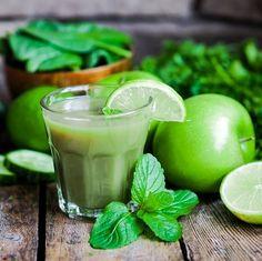 Grüner Smoothie mit Apfel, Gurke, Spinat, Limette und Minze