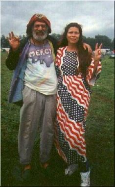 Woodstock: The Old Man and his Lady Liberty! A time of Peace & Tollerance! I 25 Groovy Trends Spotted From Woodstock Festival Street Style 1969 Woodstock, Woodstock Hippies, Woodstock Festival, Woodstock Music, Hippie Love, Hippie Style, 1970s Hippie, Grunge, Joan Baez