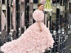 Nossa editora-sênior de reportagem de moda explica as mudanças no evento de moda mais luxuoso do mundo.
