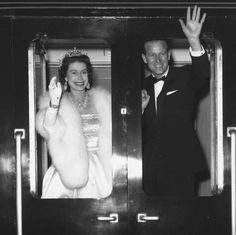 "Cam Brunner hat ein Foto auf Instagram geteilt: ""QUEEN ELIZABETH II AND PRINCE PHILIP leaving Liverpool after attending an ice show of Snow White…"" • Sieh dir alle 2.822 Fotos und Videos in seinem/ihrem Profil an. Princess Elizabeth, Queen Elizabeth Ii, Princess Diana, Prinz Phillip, Queens Garden Party, Young Prince Philip, Prince Felipe, Lloyd's Of London, Lady Louise Windsor"