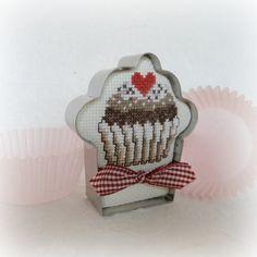 Cross Stitch Cupcake in Cookie Cutter Frame par SnowBerryNeedleArts