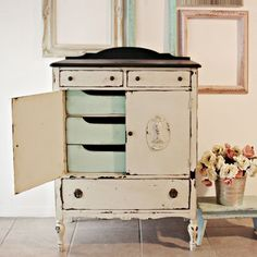 White distressed dresser/cabinet