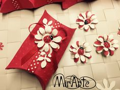 Bomboniere Laurea Pillow Box e Valigetta Bag Suitcase Confetti, Pillow Box, Suitcase, Scrapbooking, Christmas Tree, Pillows, Holiday Decor, Bag, Die Cutting