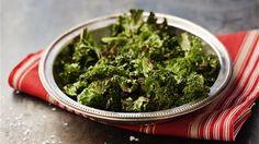 Värm ugnen till 150 grader. Repa bladen från den tjocka bladnerven. Lägg grönkålen på en plåt med bakplåtspapper och ringla över olivoljan. Vänd runt bladen så att det kommer olivolja överallt. Fördela bladen jämnt över plåten. Rosta grönkålen mitt i ugnen i 15-20 minuter så att de blir knapriga och krispiga. Salta före servering och njut som tilltugg eller som tillbehör på julbordet. Seaweed Salad, Lchf, Vegetable Recipes, Broccoli, Chips, Herbs, Snacks, Vegetables, Ethnic Recipes