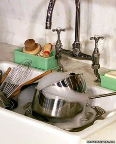 It's true -- washing dishes in a plastic dish tub, rather than one at a time under the tap, will save not only water and energy, but valuable minutes of your day. If you're not using a tub, line the sink with a rubber or plastic mat. Cleaning Items, Cleaning Hacks, Speed Cleaning, Medan, Martha Stewart Home, Plastic Mat, Dishwashing Liquid, Washing Dishes, Homekeeping